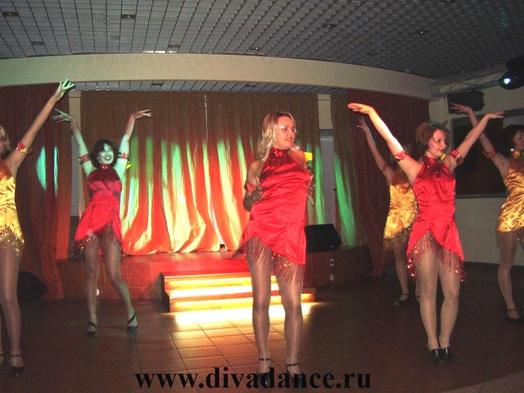 Танец в эротическом наряде 2 фотография